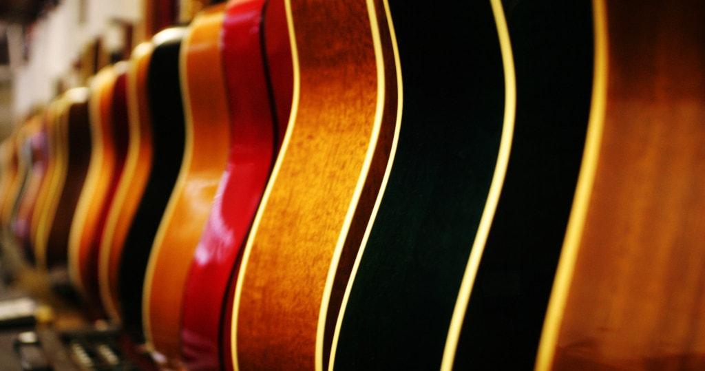 大量のアコースティックギター