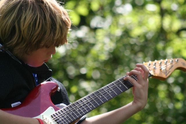 guitar-player-2-1553835-639x426