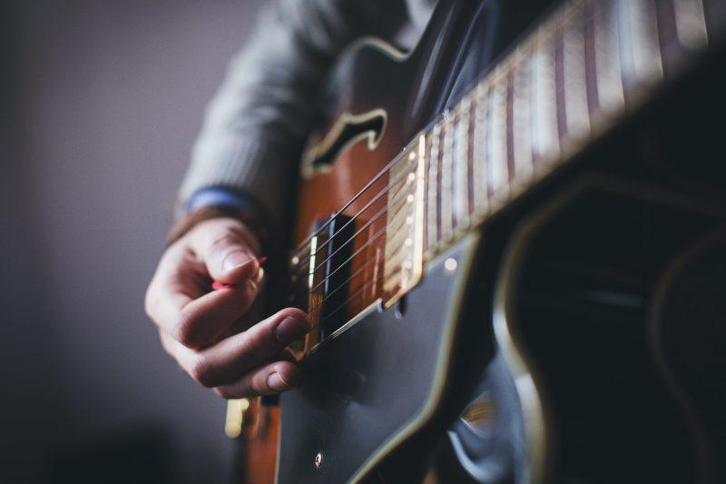 エレキギターを弾く人