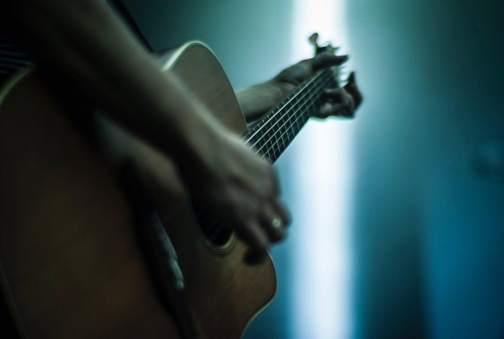ギター弾く人