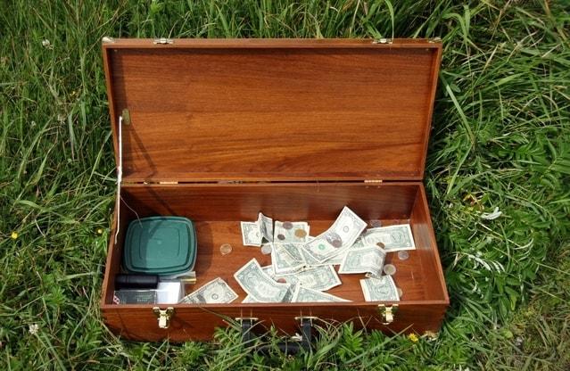 お金が入った箱