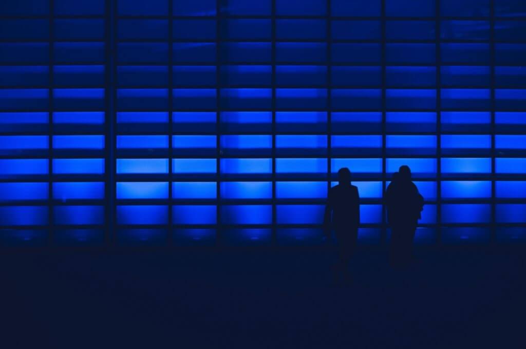 青い壁と人