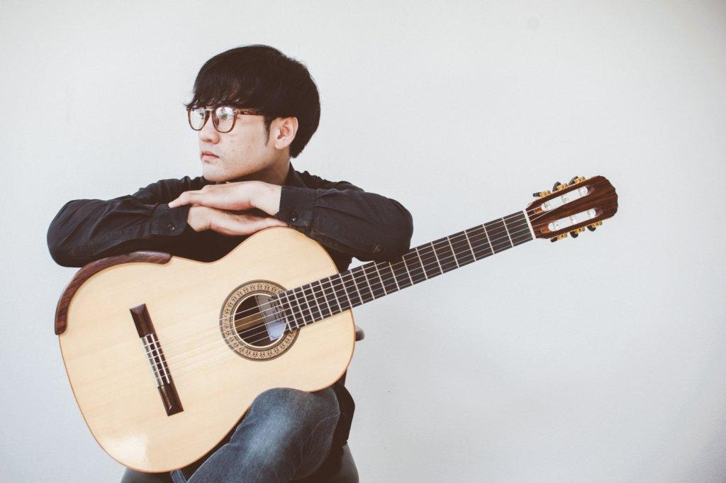 クラシックギターと男性