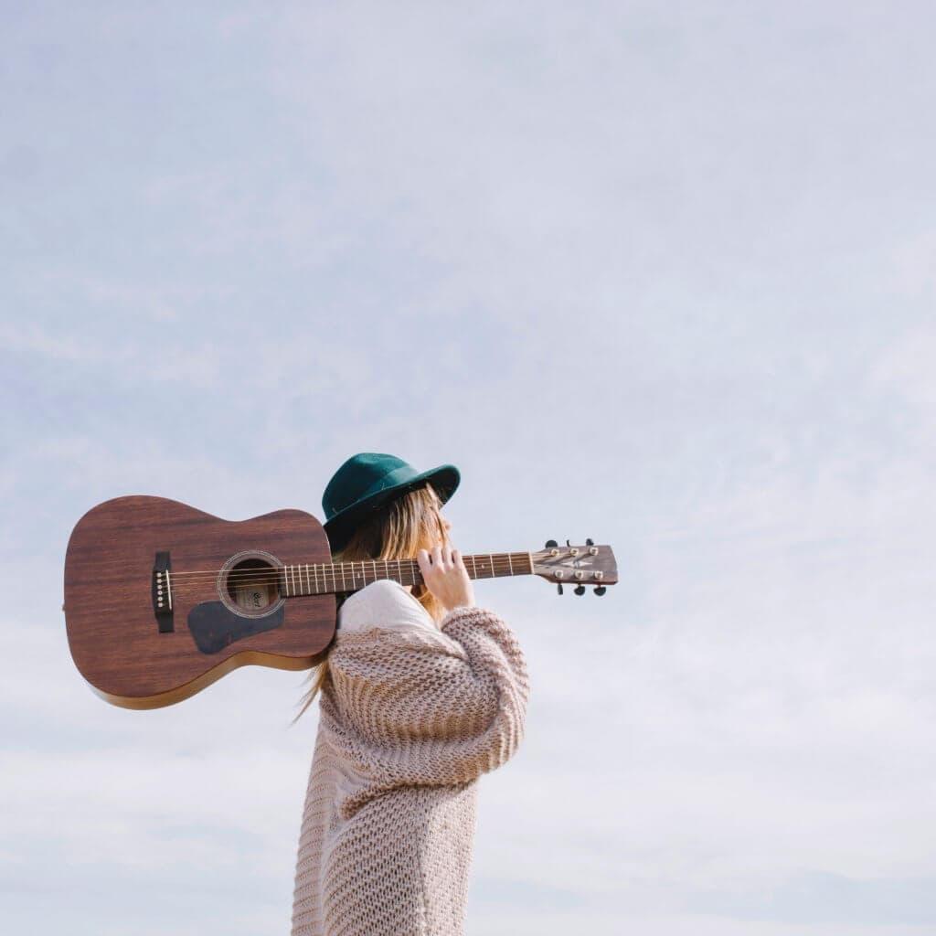 アコースティックギターを持つ女性