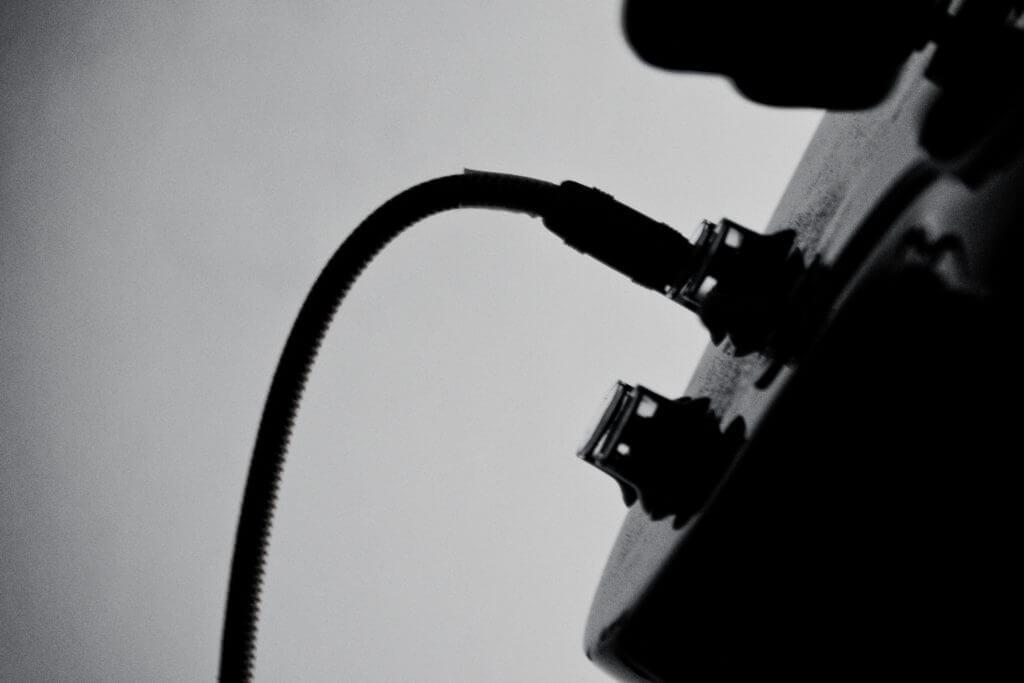 ギターとギターシールド