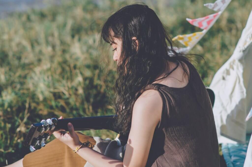 ギターを弾く女の子