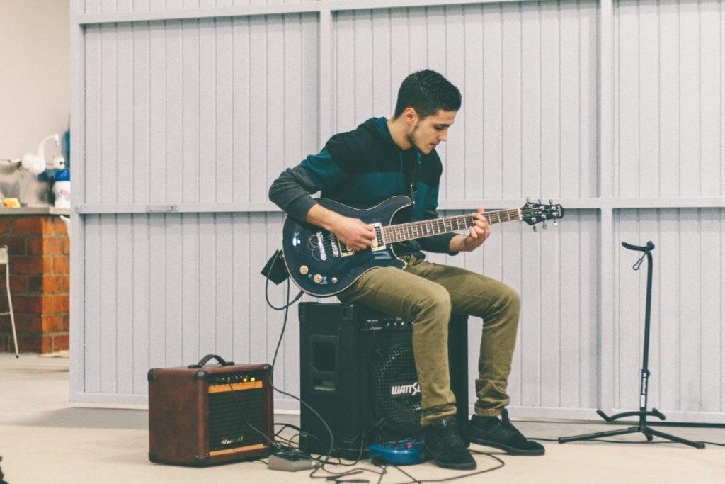 ギター演奏する男性