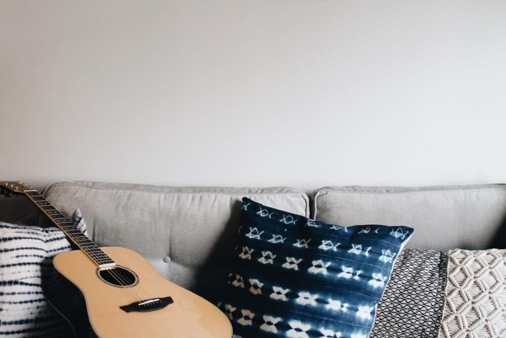 部屋とアコースティックギター