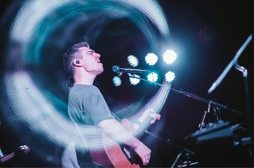 ライブで弾き語り演奏している男性