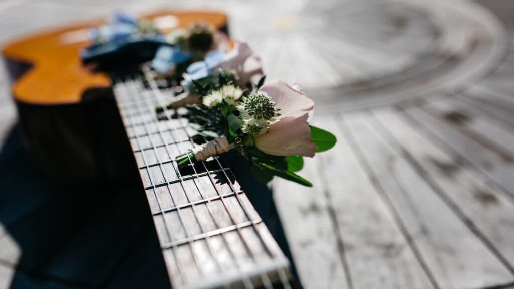 ギターと花
