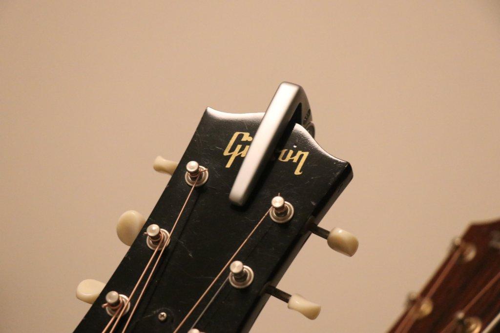G7thカポ3をギターヘッドに付けた