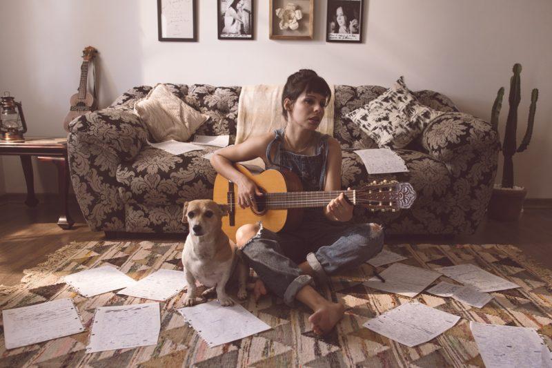 女性シンガーソングライター