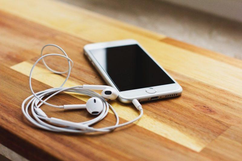 スマートフォンとイヤホン