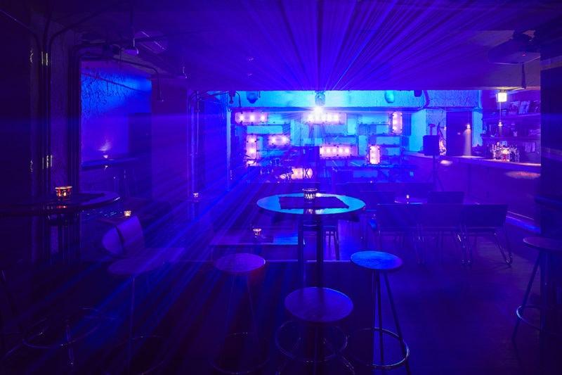 三軒茶屋グレープフルーツムーン 青い照明がついているとき