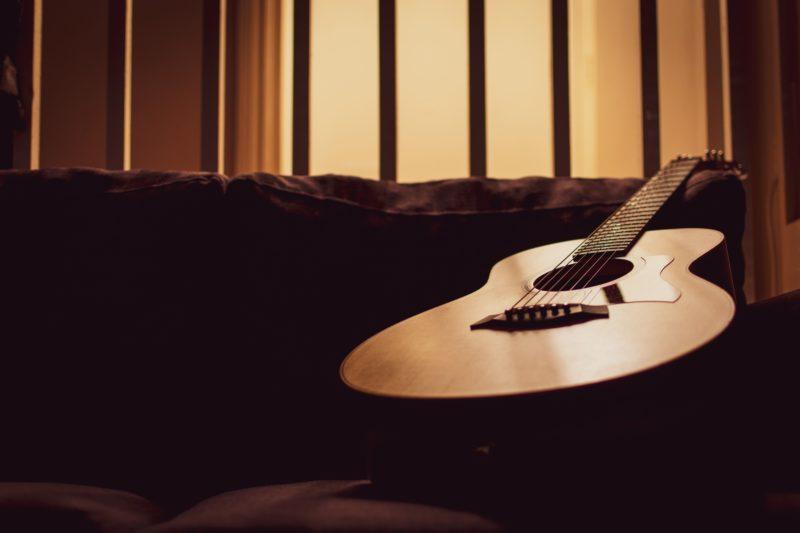 部屋に置かれたアコースティックギター