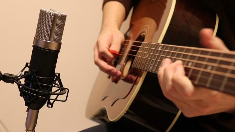 アコギでメロディーラインを弾いて録る