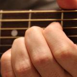 ギターのAコードを押さえている写真