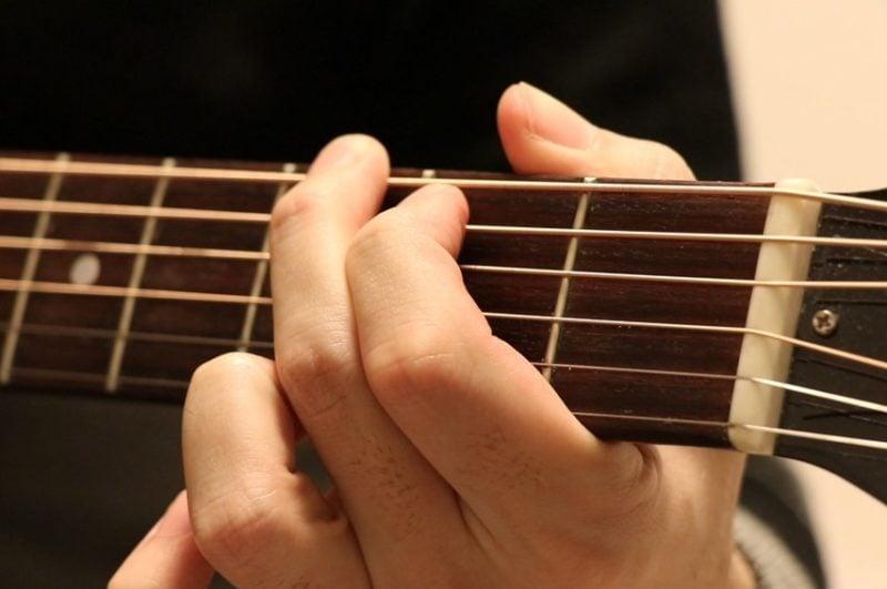 ギターのGコードを押さえている写真