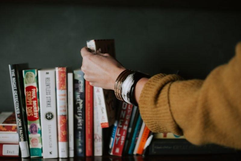 本棚から本を取る