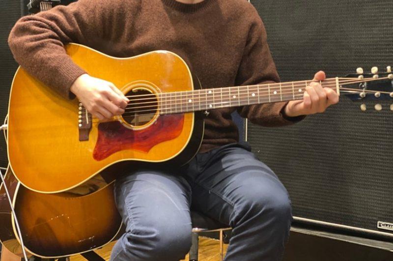 座りでのアコースティックギターの持ち方