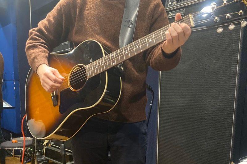 立ちでのアコースティックギターの持ち方