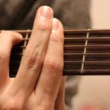 F#mを押さえている写真。人差し指の上に中指を載せて押弦を強めている