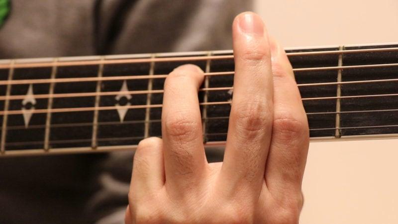 F#m7 人差し指の上に中指を添えて押弦を強めている