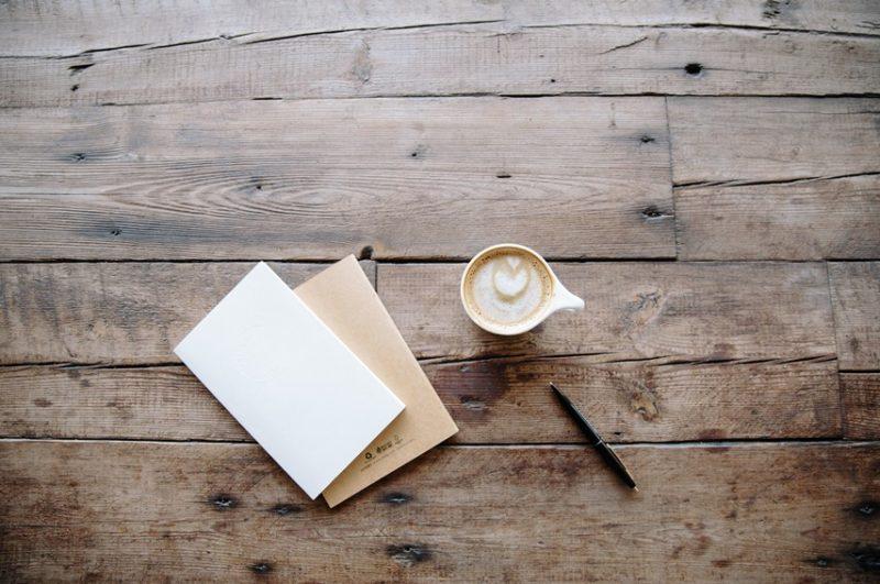 机にノートとコーヒー