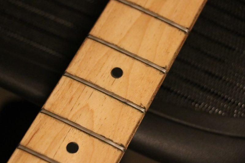 弦を外して磨く前のフレット・指板