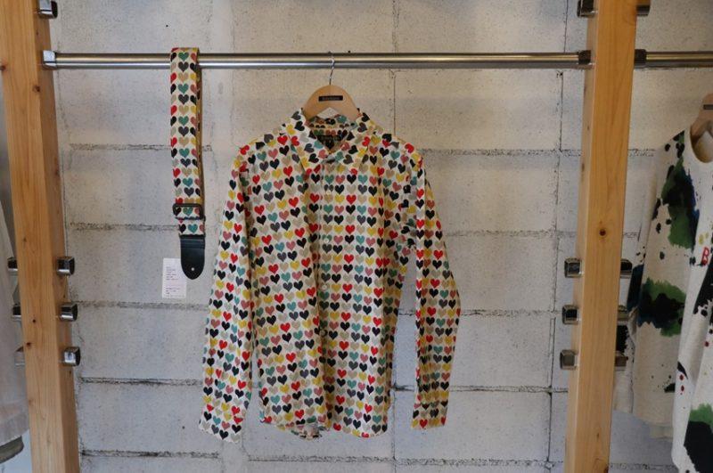 ボヘミアンズのギターストラップと同じ柄のシャツ