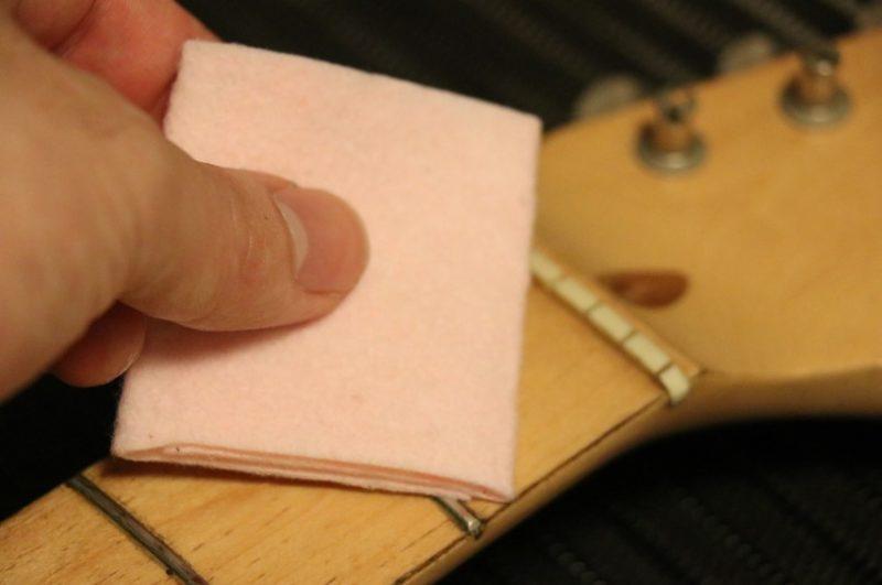 フレットバターで指板・フレット全体を拭く
