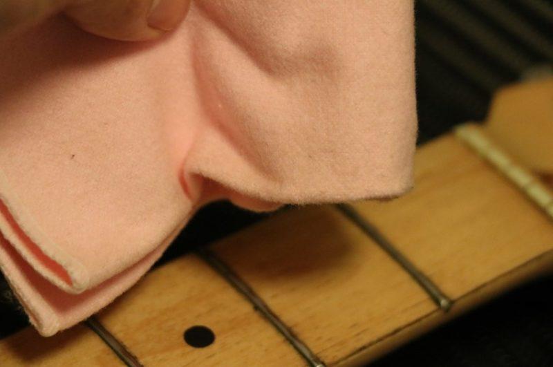 ギタークロスでフレット・指板全体を磨く