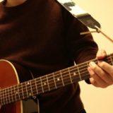 ギターヘッドにストラップを取り付けたときの写真