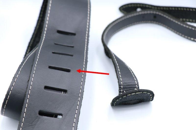 穴の位置で長さ調節するタイプのストラップ