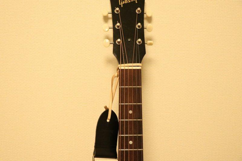 ギターストラップをギターヘッドをひもで結ぶ