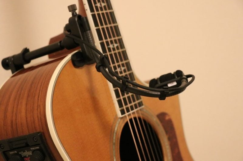 ギターにATM350GLを取り付けした写真