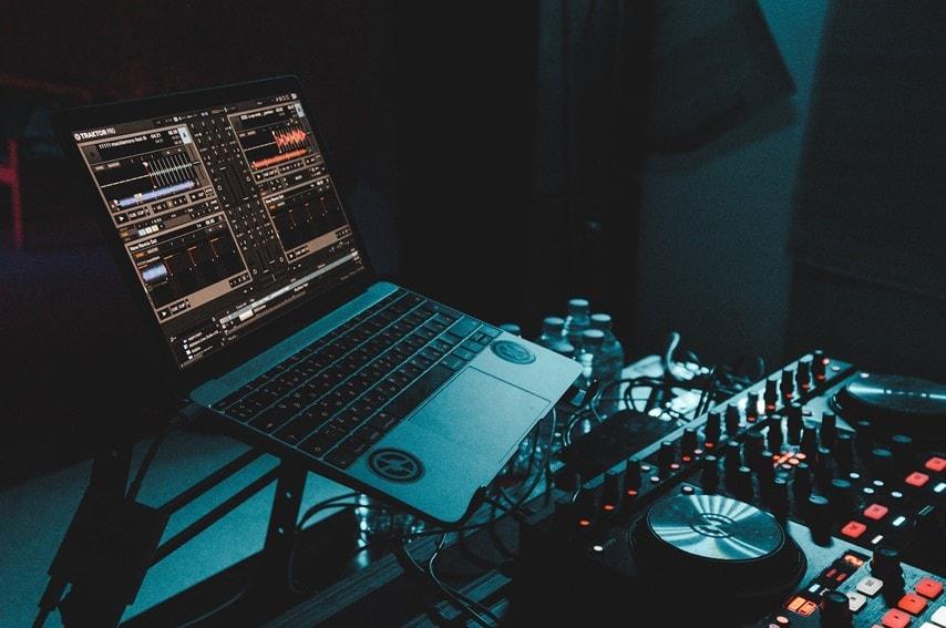 PCで音楽制作しているところ