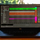 音楽制作ソフトを立ち上げているノートPC