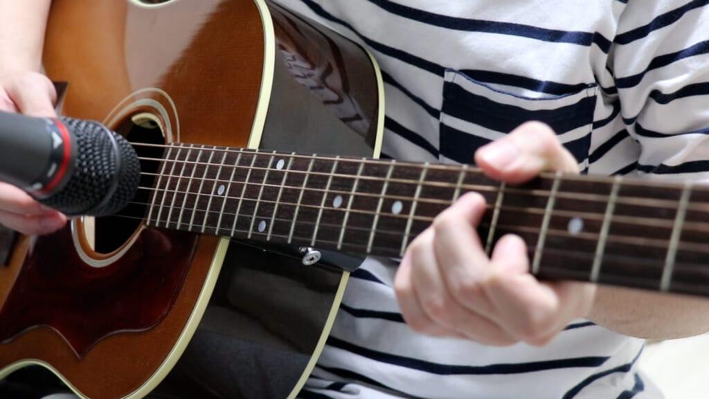 Gibson J-45で演奏を録音しているところ