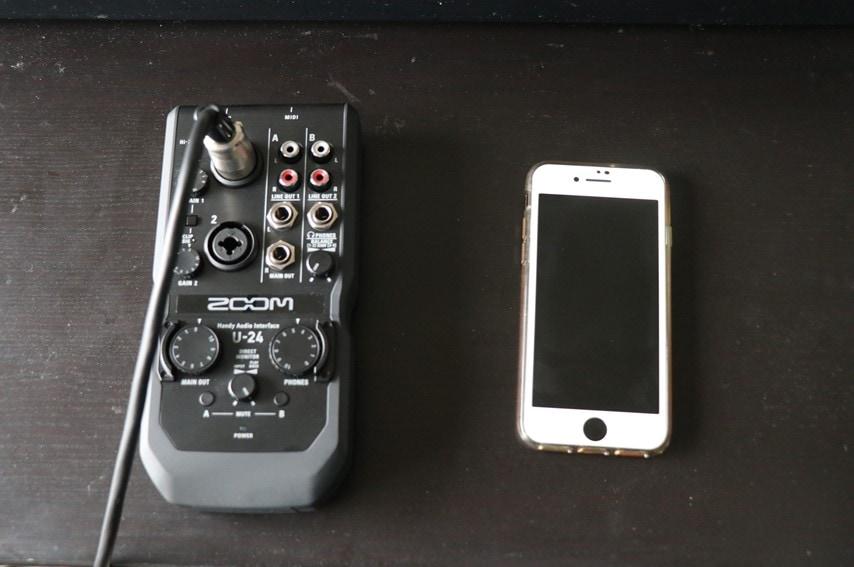 ZOOM U-24とiPhone 6を並べた