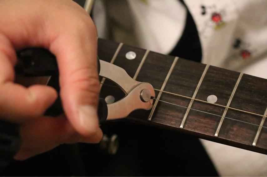 ニッパーで弦を切ってるところ