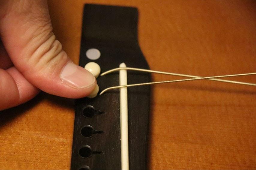 ピンで弦を固定するところ