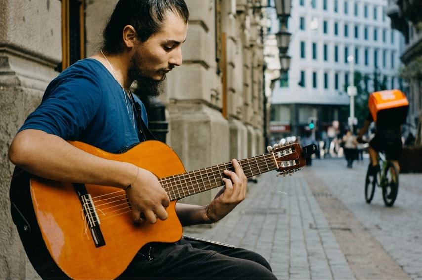 クラシックギターを弾いてる人
