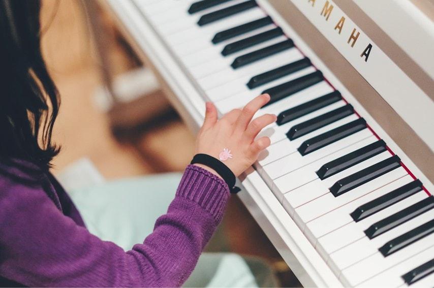 ピアノを弾いてる女性