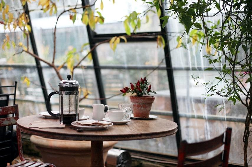 外が見えるカフェ