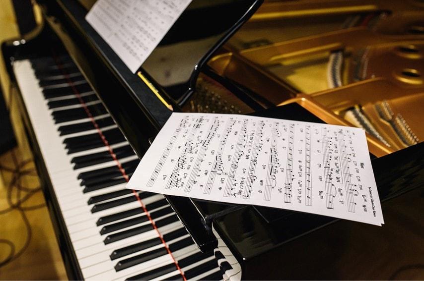 グランドピアノと譜面が置いてある写真