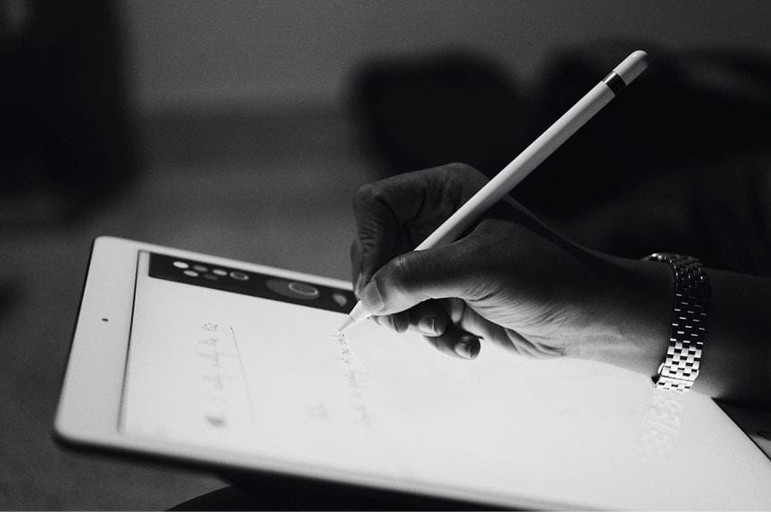 tabletに字を書いてるところ