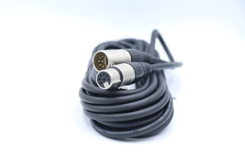 AKG P820付属の接続ケーブル。5穴で特殊なケーブル
