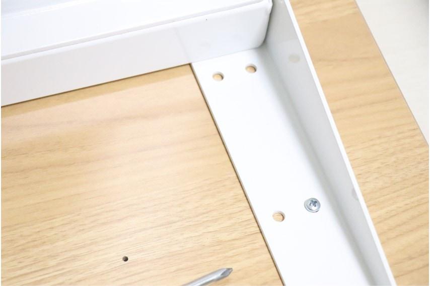 FLEXISPOT E3の天板取り付けにはネジを差し込む必要がある