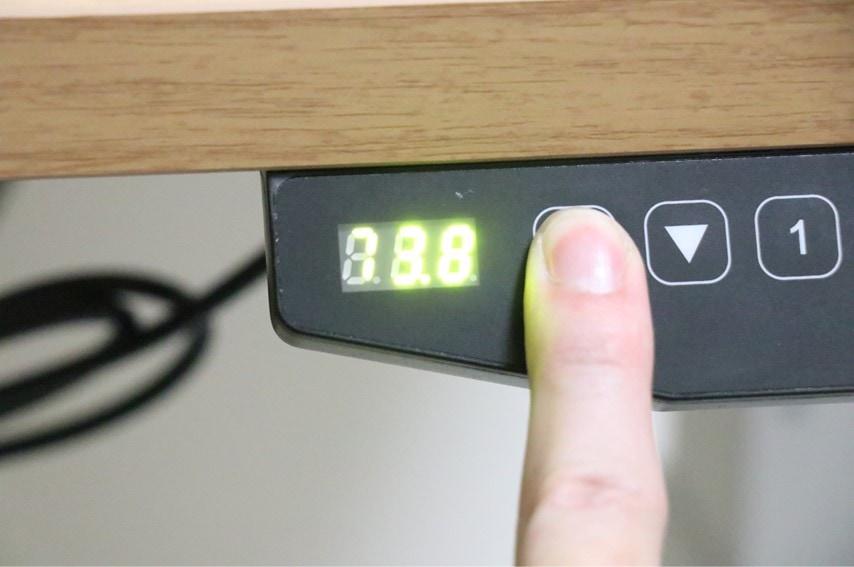 FLEXISPOT E3の上昇ボタンを押すと横に高さが表示される